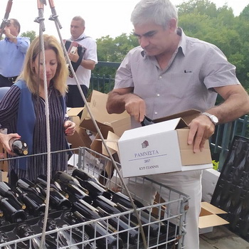 Βύθιση 500 φιαλών κρασιού παραγωγής Νάουσας στον ιστορικό ποταμό Αράπιτσα